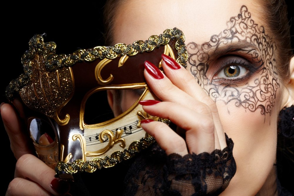 girl-mask-carnival-gold-face-make-up-green-eyed-hands-nails-red